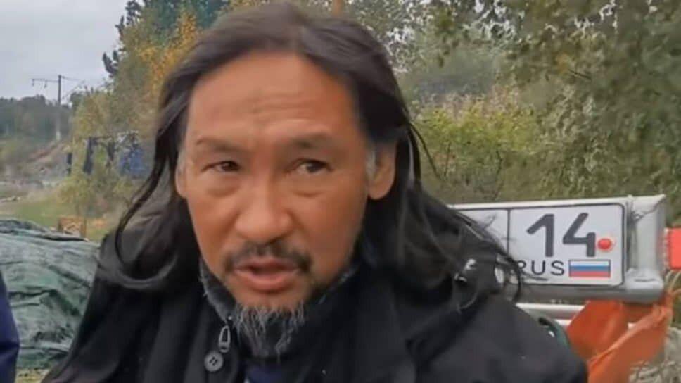 Виганяючий Путіна шаман з Якутії прийшов з погрозами до шокованого через відео 18+ дружини чоловіка Асмус
