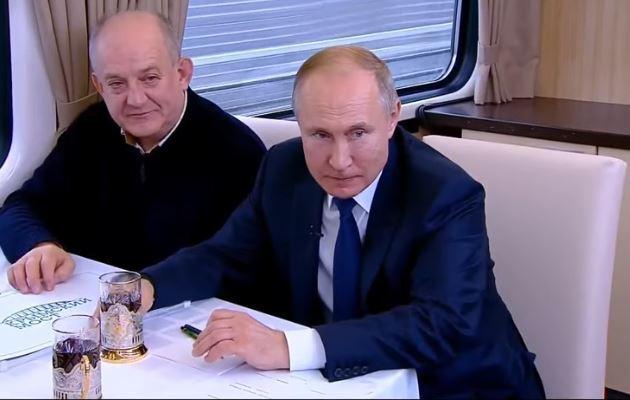 Путін ледве потрапляв склянкою в рот, так його хитало в поїзді на кримському мосту: відео
