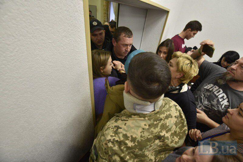 Сотрудников Шария выталкивают из зала заседаний суда