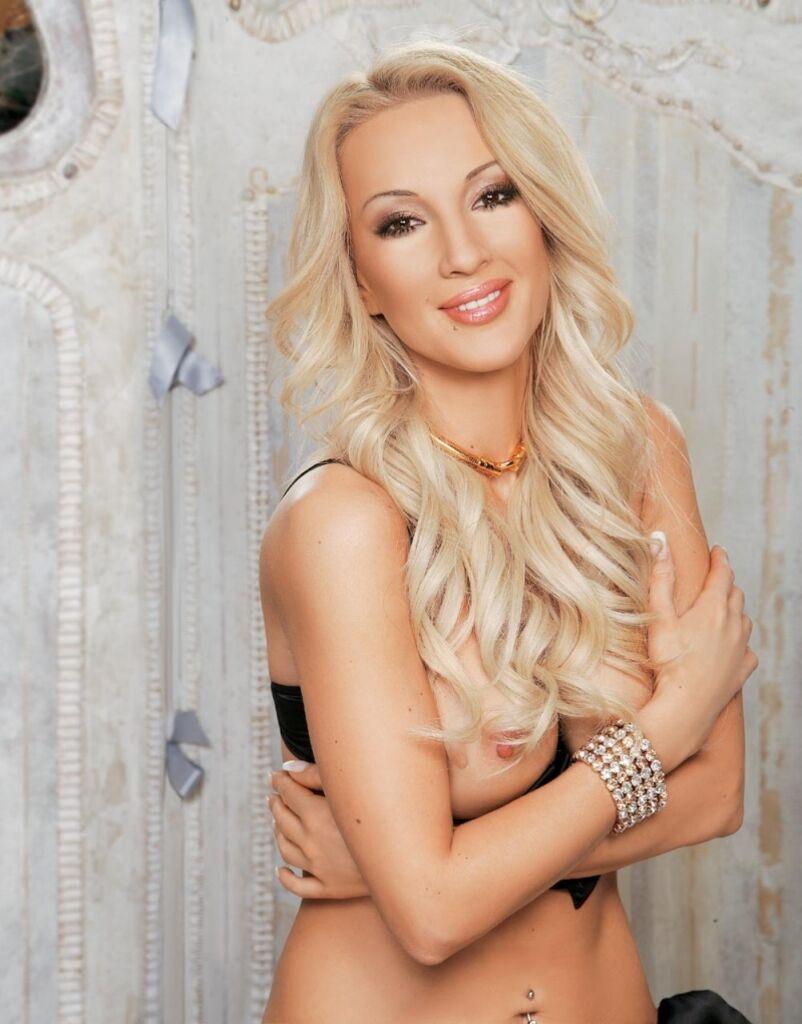 Лера Кудрявцева демонстрирует грудь