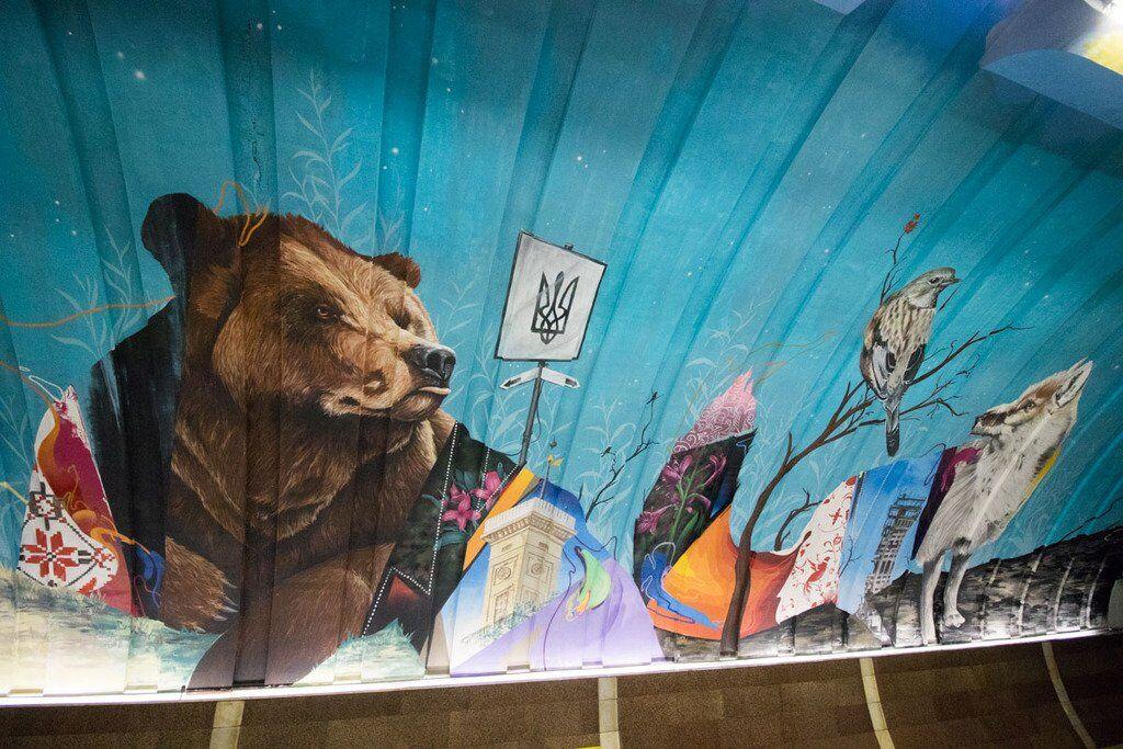 Дарья Петрожицкая нежно прикоснулась к напавшему на Украину русскому медведю, фото