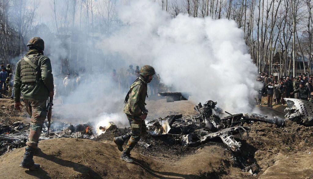 Солдаты около обломков самолета ВВС Индии, упавшего в индийской части Кашмира