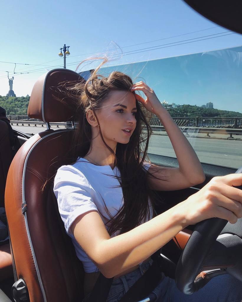 Алена Венум заспівала голою: хто вона, чим відома і до чого тут Руслан Кузнєцов
