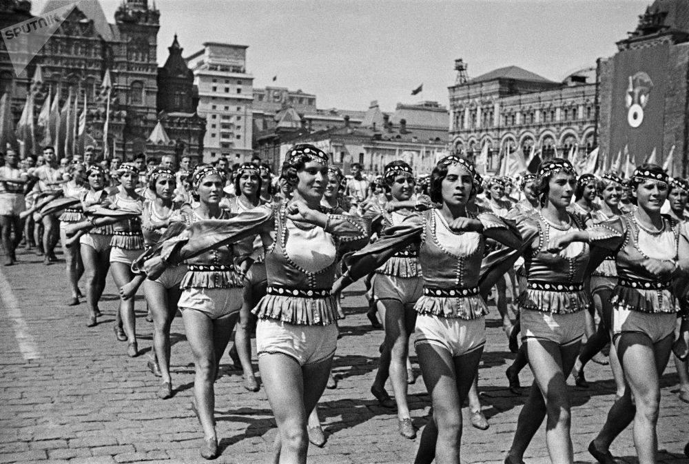 Фото голоногих жінок на Червоній площі в 1930-40 роках СРСР вразили мережу