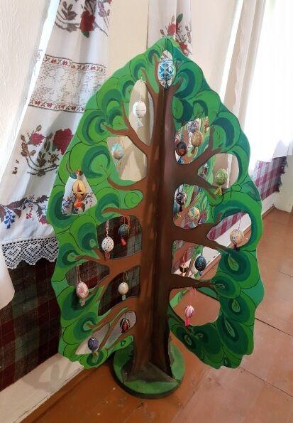 Світове дерево з фарбованими дерев'яними яйцями в етнографічному музеї селища Буша Ямпільського району Вінницької області