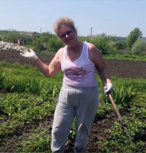 Галина Манько працює на городі.