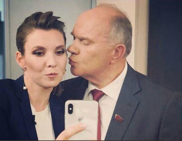 У мережі обговорюють поцілунок Скабеєвої та Зюганова
