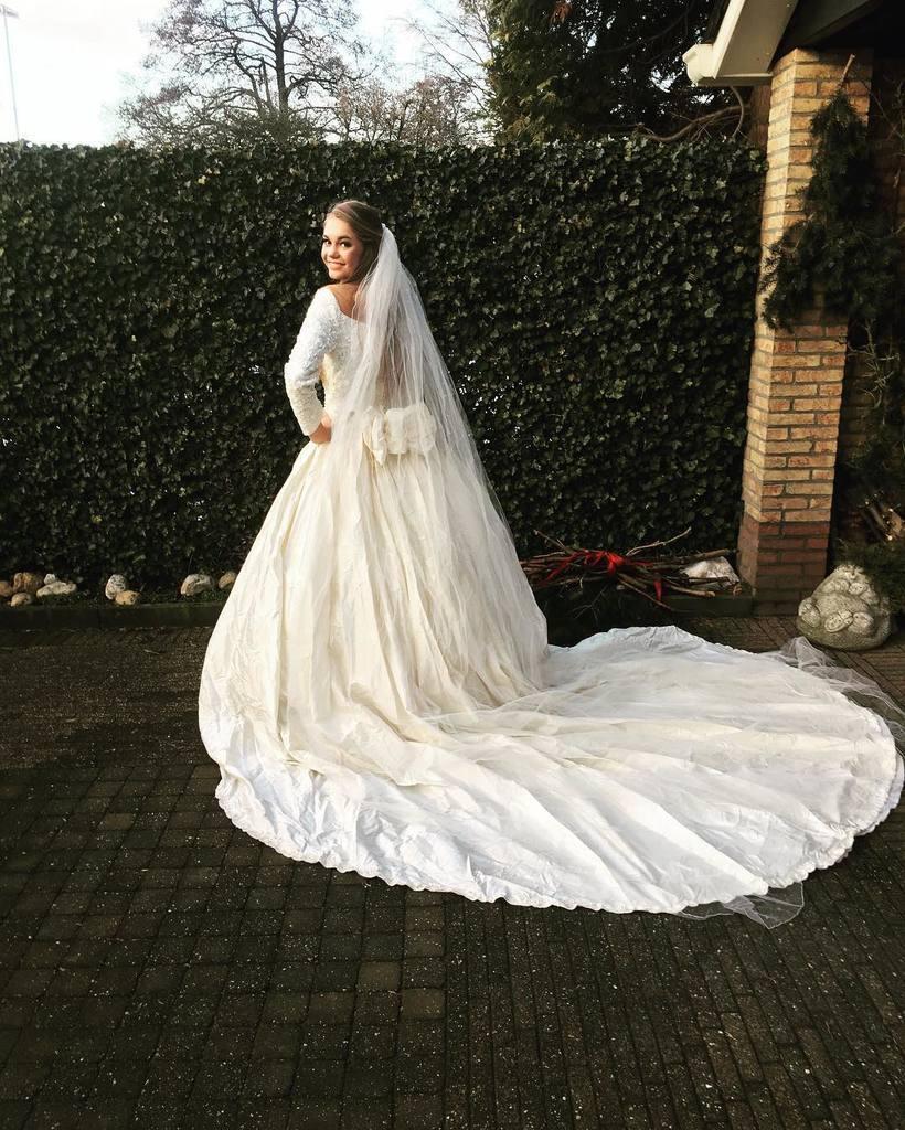 Как Лотте ван дер Зее красовалась в свадебном платье: фото из Инстаграма