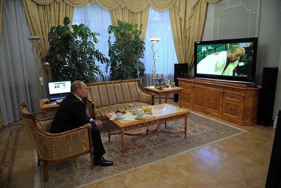 Путин смотрит дебаты, где Зеленский на коленях: что это за фото