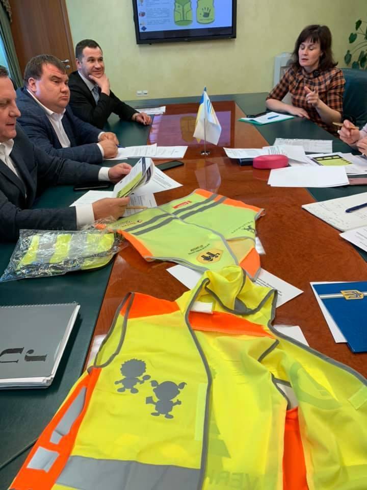 Кабмин планирует одеть половину школьников в светоотражающие жилеты и потратить на это сотни миллионов