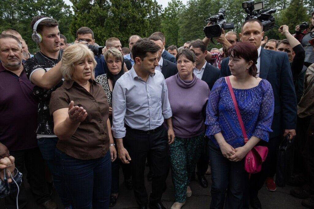 Зеленский сделал веселое фото с шаурмой по дороге к месту трагедии: ситуацию считают дикой