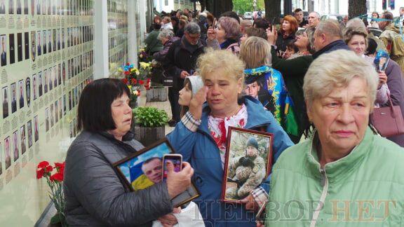 Плачущие женщины в День памяти и примирения в Киеве тронули сеть. Фото