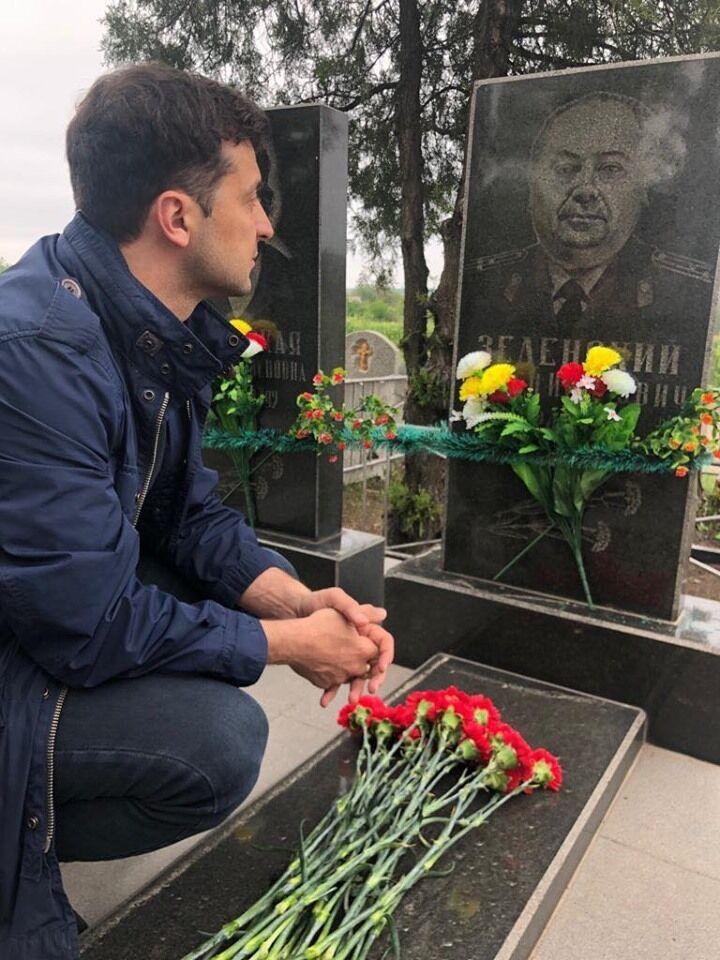 Володимир Зеленський на могилі дідуся Семена Зеленського