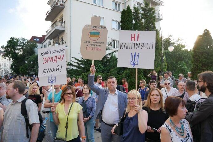 """""""А Вова вийде?"""": Чим активісти дорікають Зеленському і чому під АП сталася бійка"""