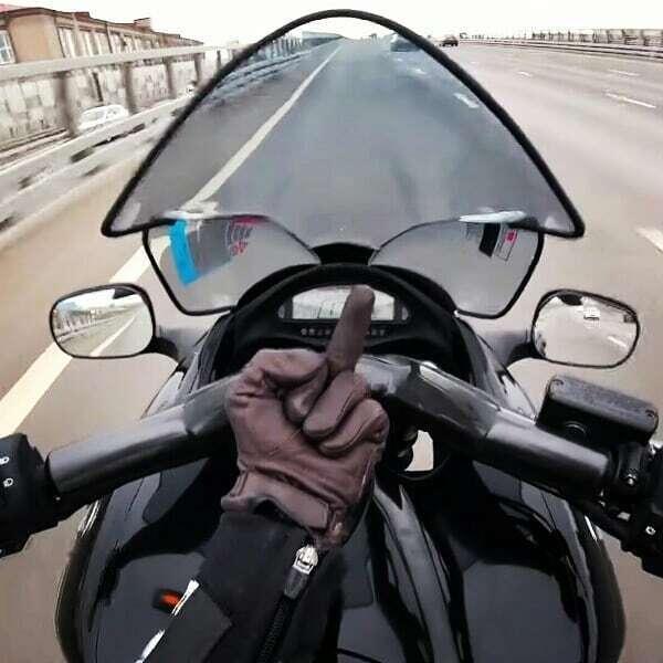 """""""Я пох*ист, каких свет не видывал!"""" Видео, как Артем Болдырев вел мотоцикл ногами и разбился"""