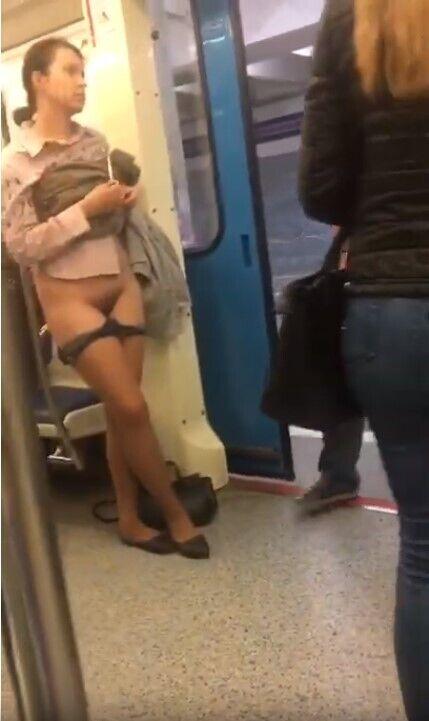 Жінка зняла труси в метро, фото і відео 18+