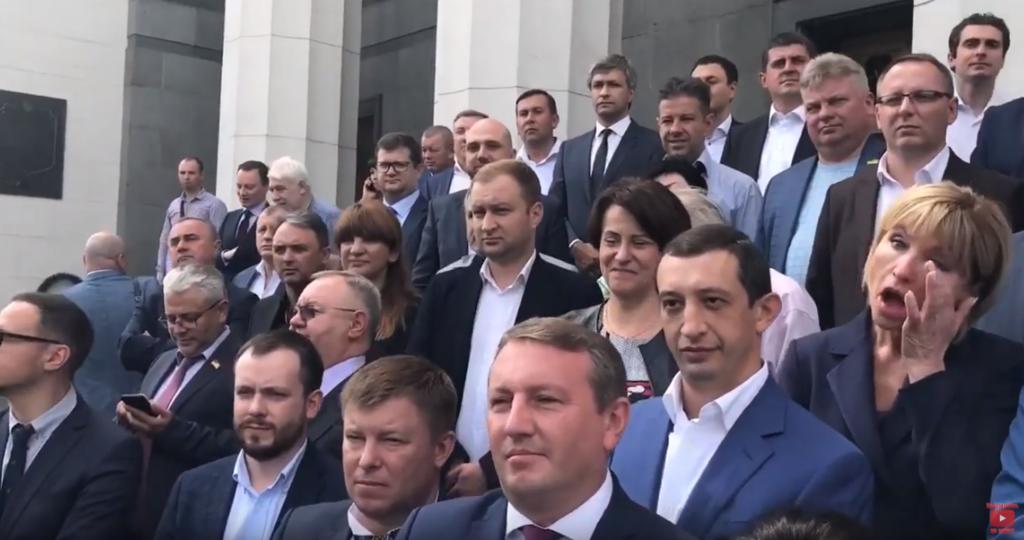 Жена Луценко расплакалась возле Рады, видео