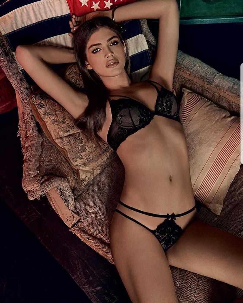 Валентина Сампайо: гола модель-трансгендер підірвала мережу своїми фото і відео