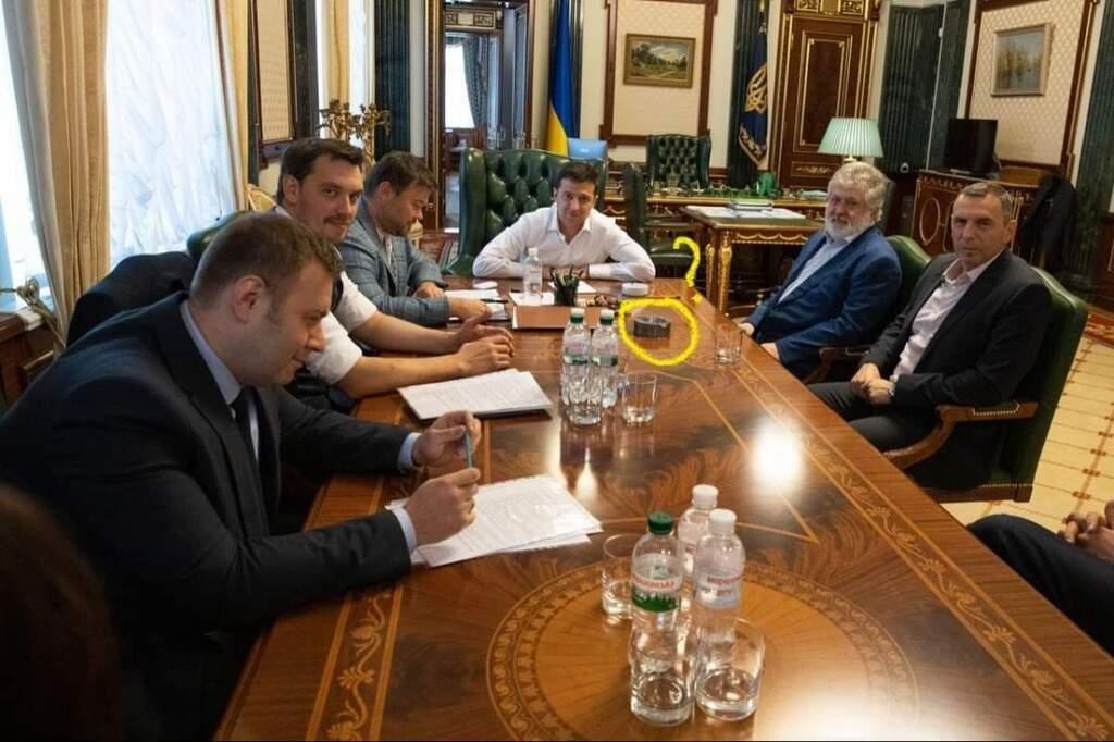 """""""Коломойский подложил"""": На скандальном фото Зеленского с олигархом увидели странный предмет"""