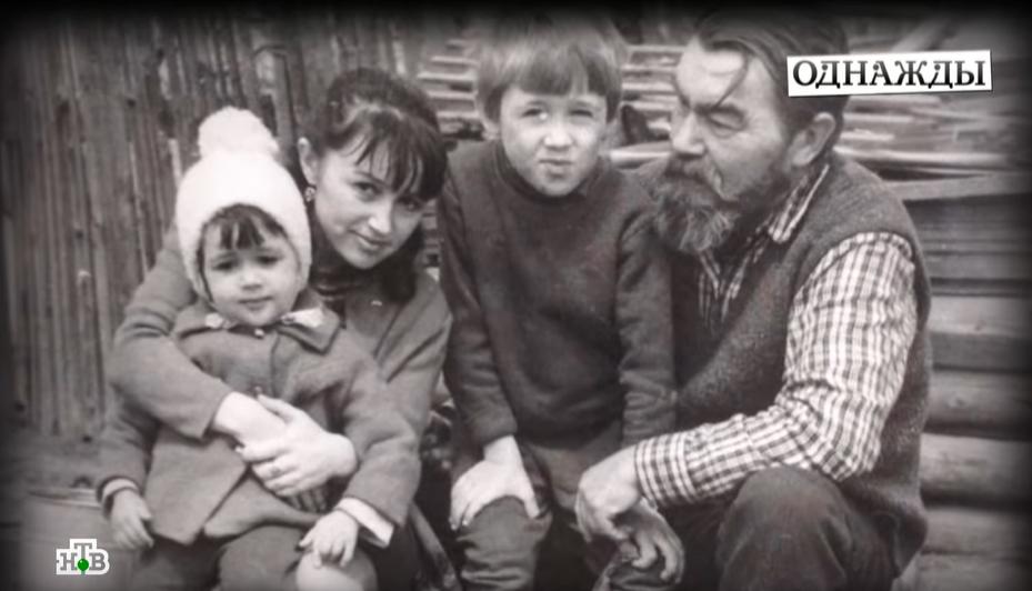 Маленька Анастасія Заворотнюк з братом і батьками