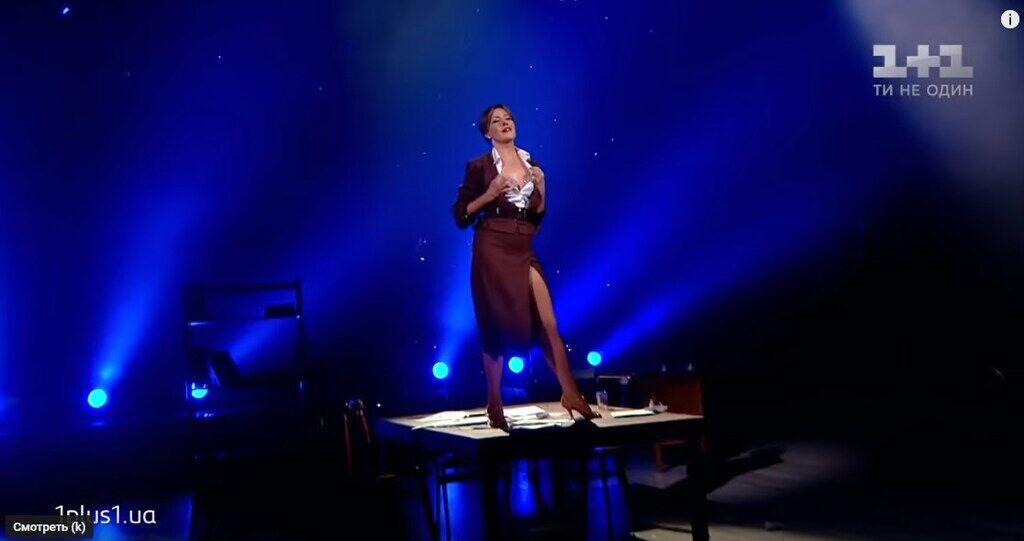 Олена Кравець так рвонула блузку на грудях, що травмувалася: відео