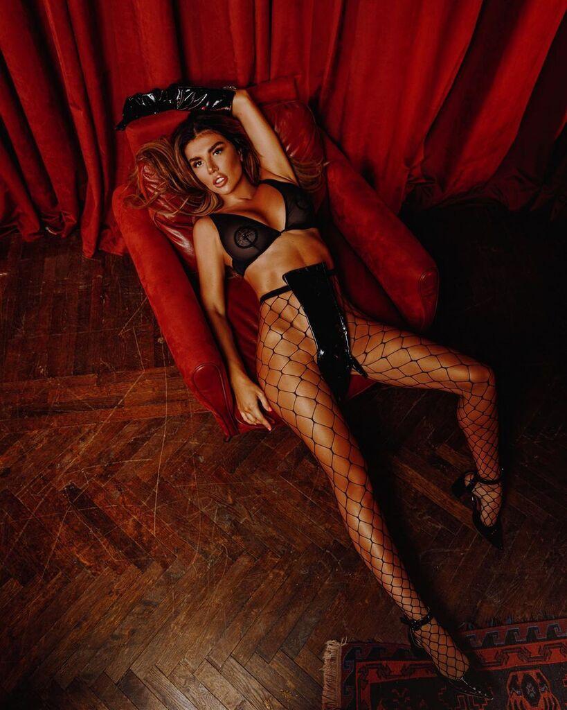 Седокова показала себя без трусов и призвала девушек делать такие же фото
