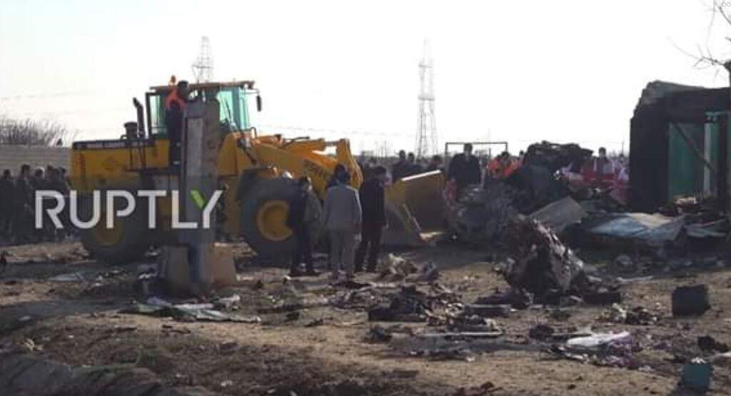 Иран на месте крушения авиалайнера МАУ начал бульдозерами убирать обломки самолета