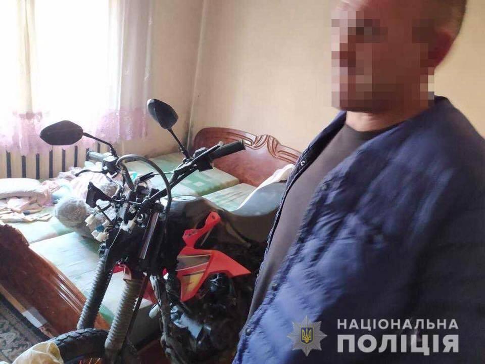На Закарпатті чоловік вкрав у поліцейських мотоцикл і заховав його у своїй спальні, фото