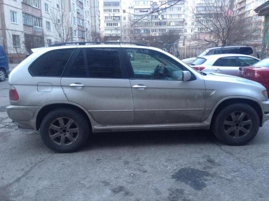 Міністр юстиції показав на фото елітний автопарк працівників виконавчої служби
