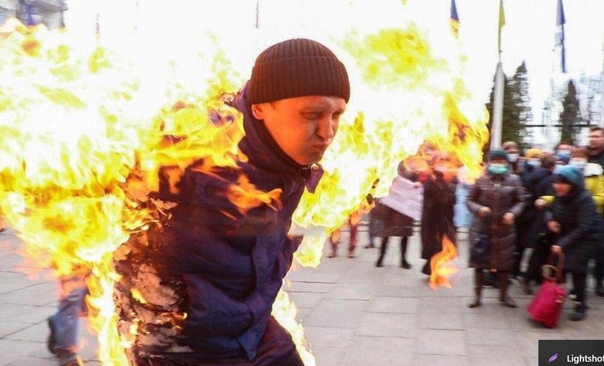 Хто такий Олександр Бурлаков і чому він підпалив себе під Офісом президента Зеленського, фото і відео