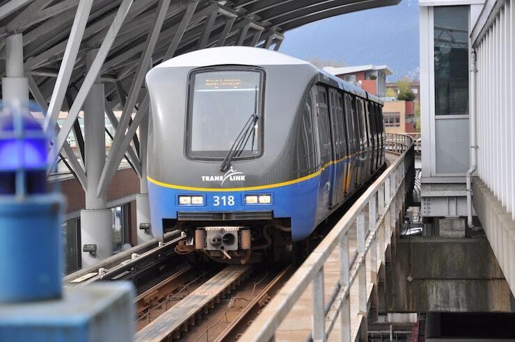 SkyTrain – наземне безпілотне метро. Система громадського транспорту у Ванкувері вважається не найкращою за канадськими мірками, але її недоліки компенсує вдале міське планування. Фото: Diego Mazz, Unsplash