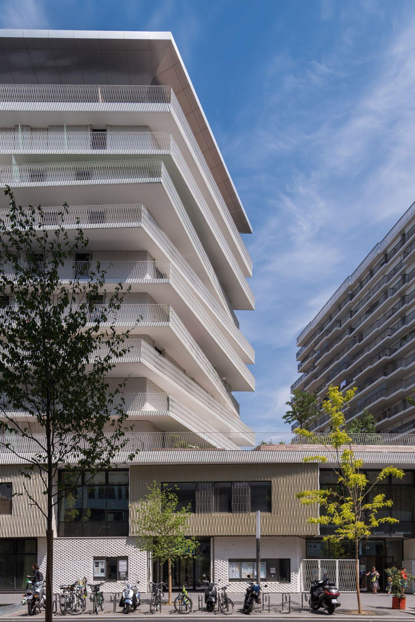 В Україні б не прижилося: в Парижі збудували соціальне житло з гарними великими асиметричними балконами.