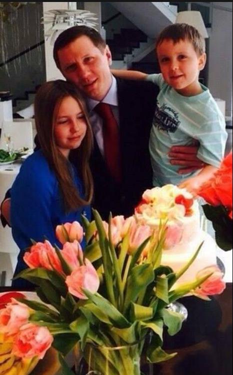 Жена и пять детей: кому еще из родных нардепа Сергея Шахова угрожает коронавирус, его семья на фото