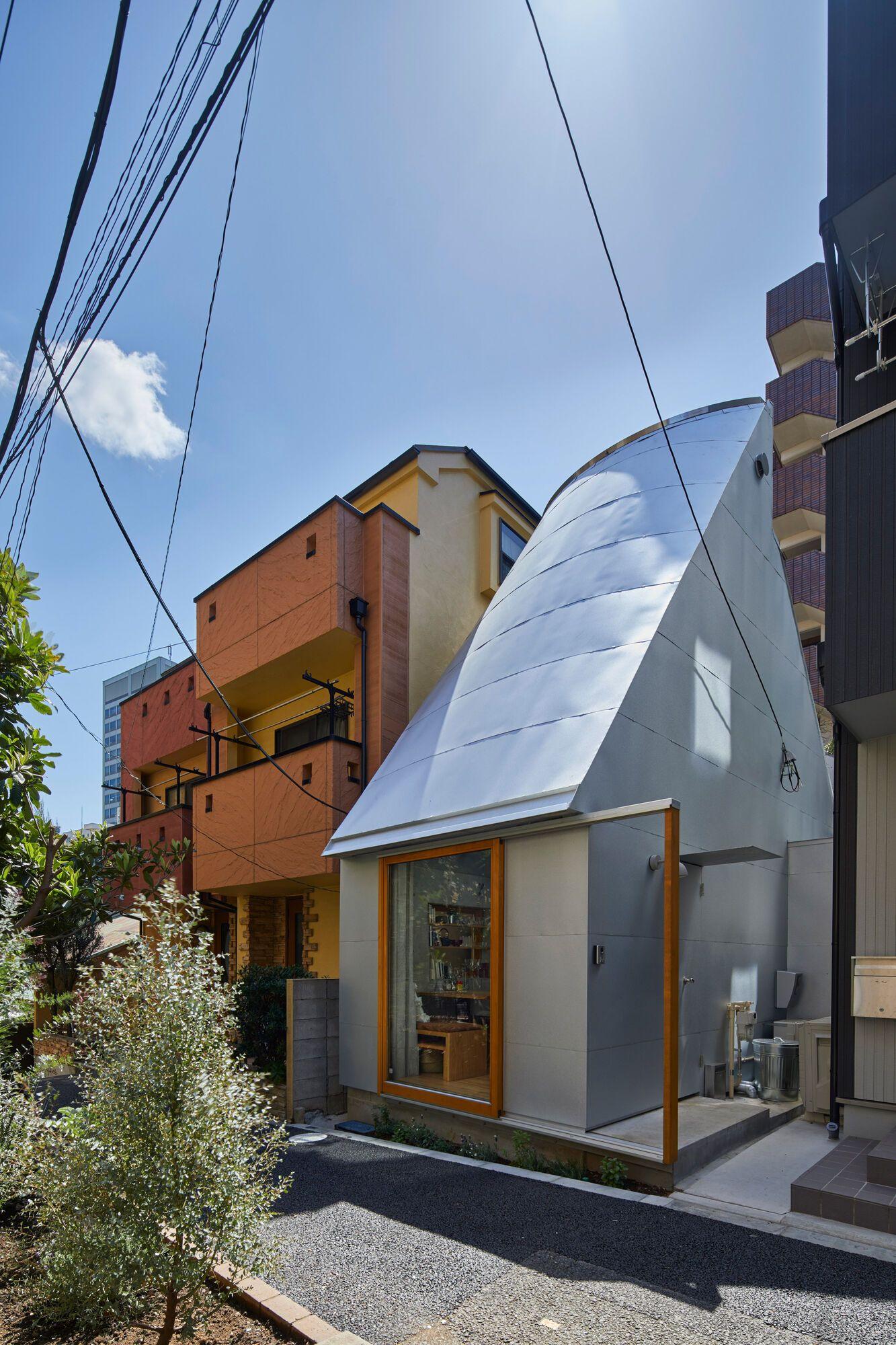 Такеші Хосака проектує крихітний будинок у Токіо з дахами, схожими на воронки.