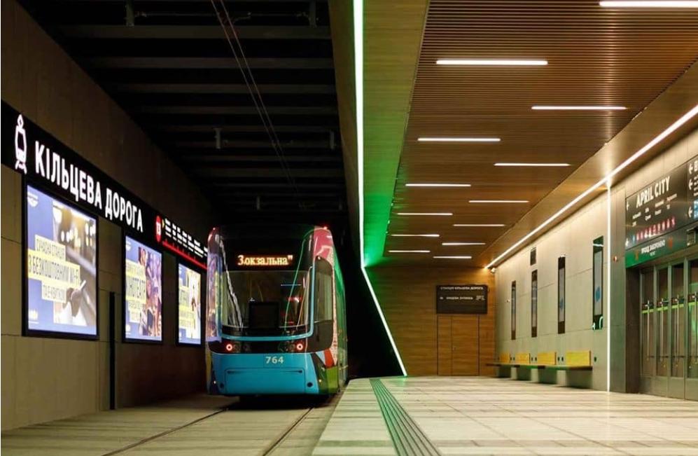 Обновленная конечная станция скоростного трамвая в Киеве выходит в ТЦ. Фото