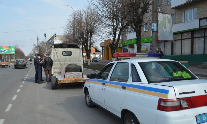 На Хмельниччині чоловік возив труну із закликом дотримуватися карантину - йому розбили авто і пригрозили розправою