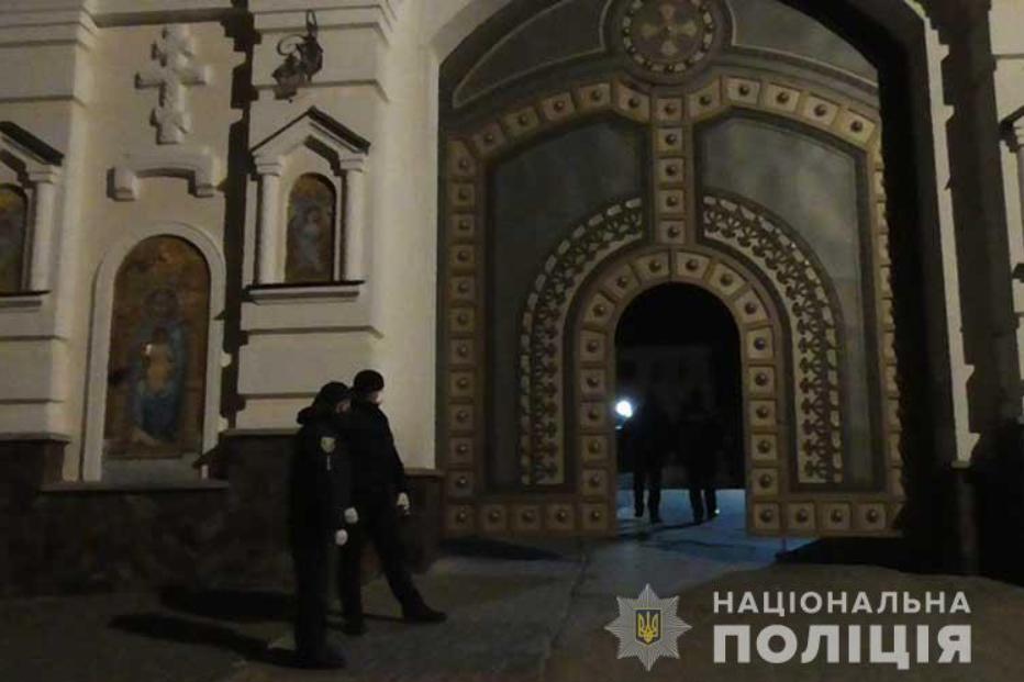 Поліція пропустила вірян МП у Почаївську лавру попри карантин. Фото