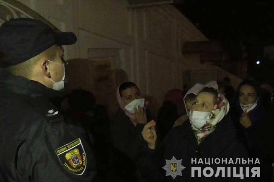 Полиция пропустила верующих МП в Почаевскую лавру несмотря на карантин. Фото