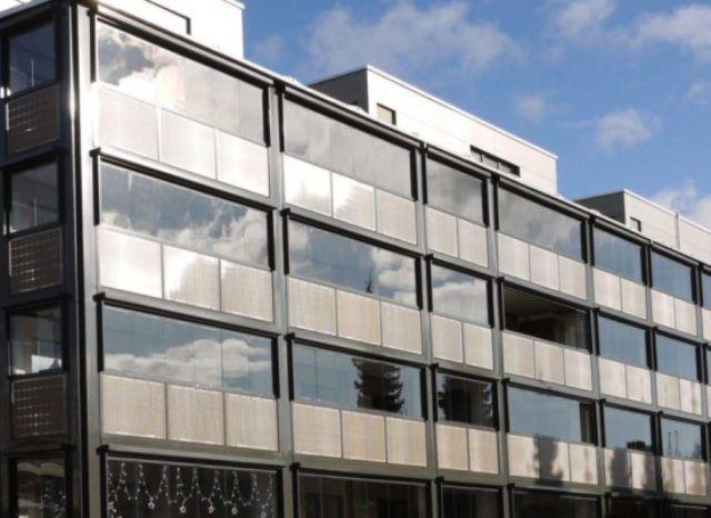 В Швейцарии внешний вид старого здания улучшили солнечными панелями золотого цвета