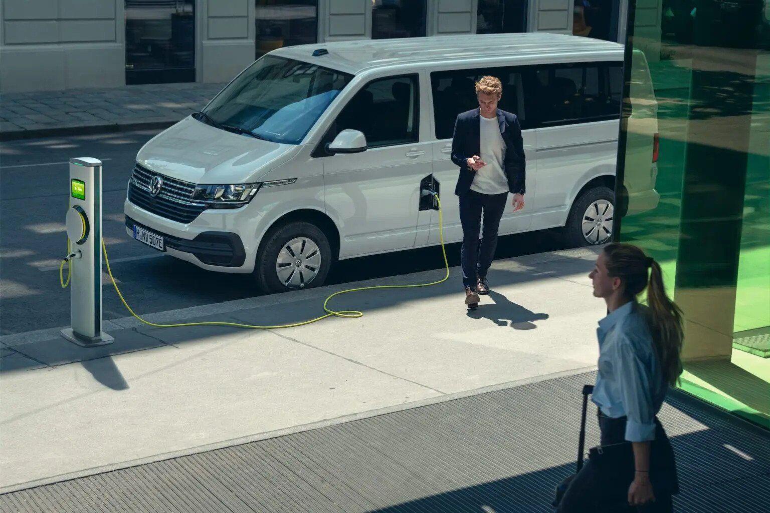 """Электрический VW Transporter """"скопировал"""" ценник у бюджетных Tesla"""