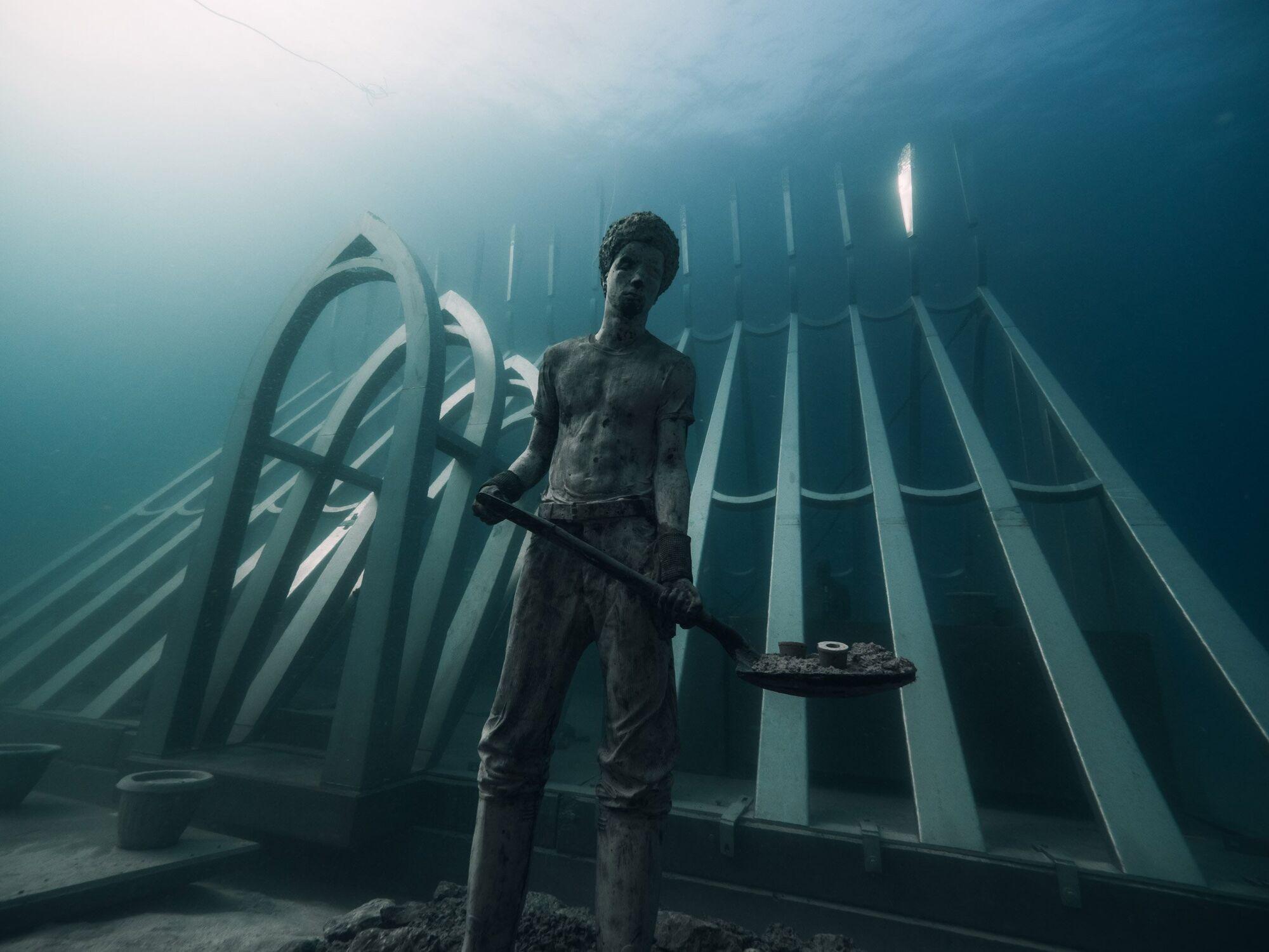 """Природі можна не тільки заважати: в океан занурили мистецьку структуру для """"допомоги"""" коралам"""