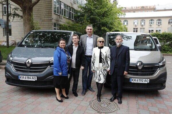 Кличко передал современные авто двум домам семейного типа в Киеве