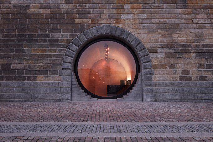 У Празі оновили набережну. Тут встановили круглі вікна-двері (фото)