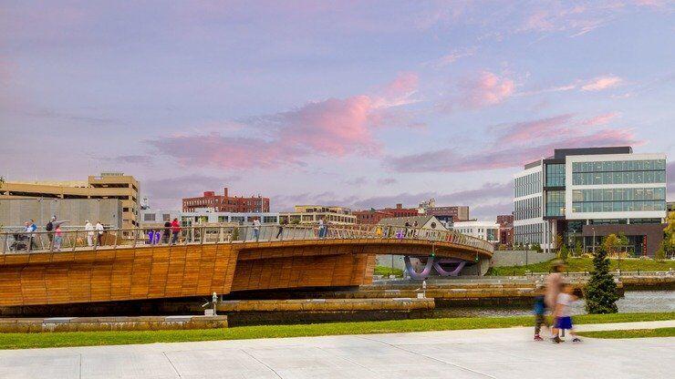 У місті Провіденс звели східчастий пішохідний міст, який з'єднує два парки