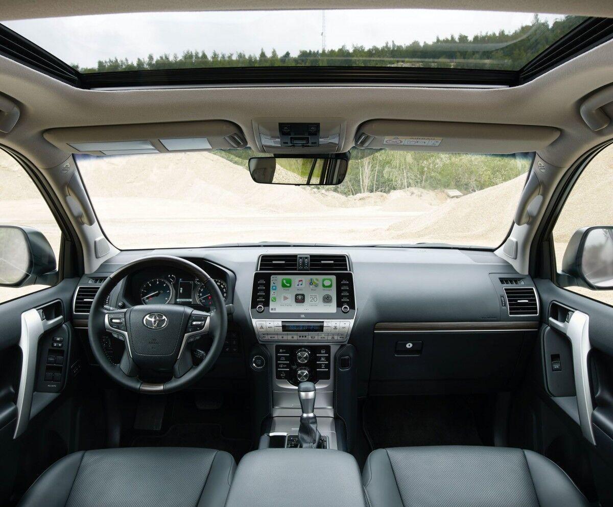 Салон Toyota Land Cruiser Prado 2021 выглядит современно благодаря новому оборудованию.