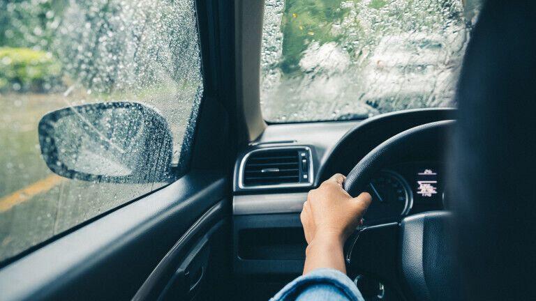 Як правильно їздити на автомобілі в дощ: головні поради