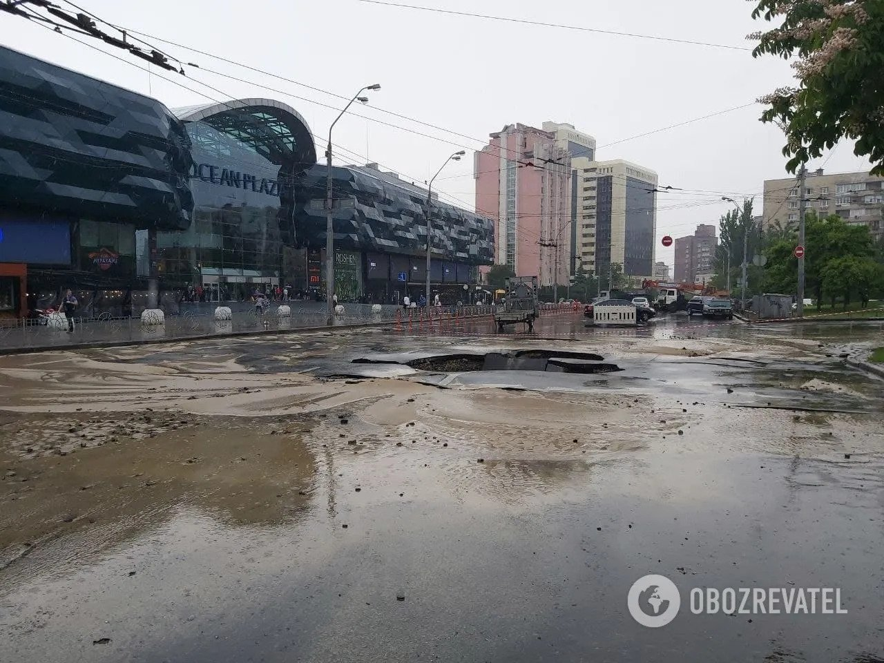 В центре Киева образовался огромный провал: как коммунальщики устраняют последствия ЧП. Фото