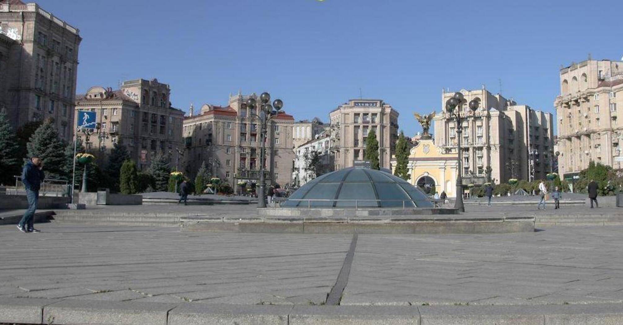 С крыш домов на Майдане Независимости сняли рекламные конструкции