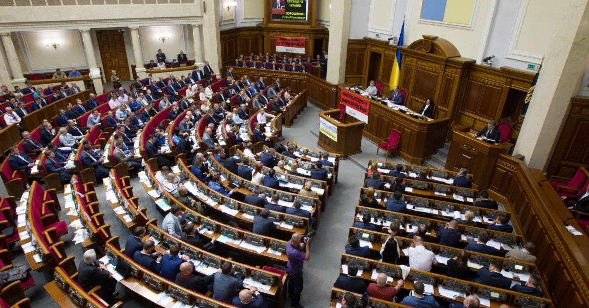 """Самогон в Україні дозволять варити і продавати: деталі законопроєкту """"слуг"""""""