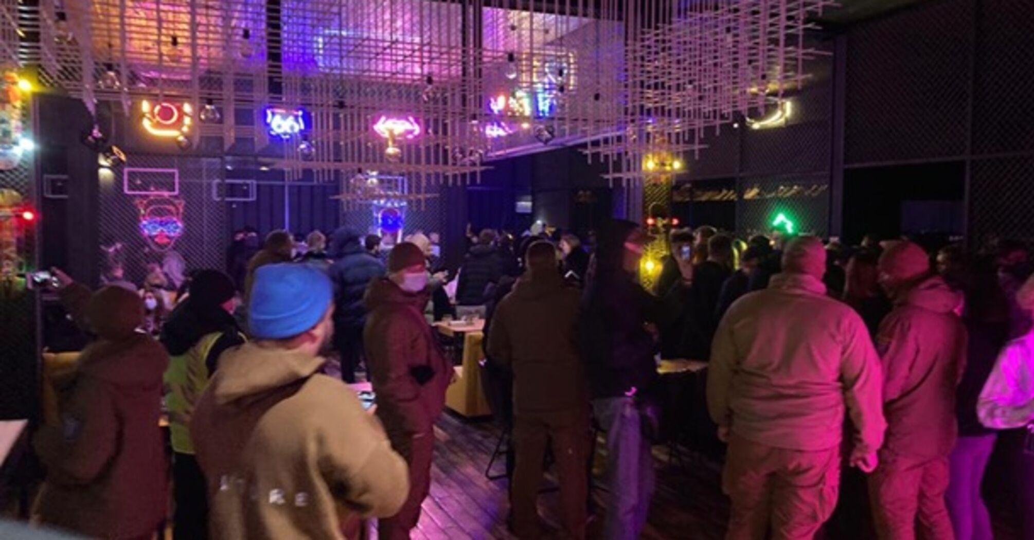 В Киеве полиция закрыла ночной клуб, в котором обнаружила 500 посетителей